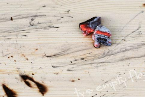 BBQ用木炭で木目風な焦げ目を